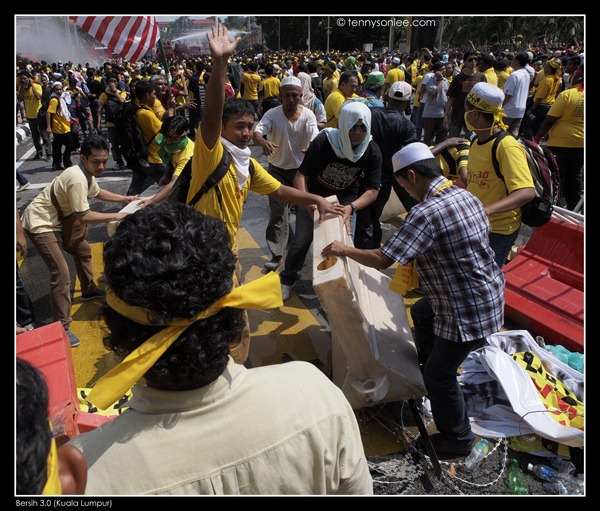 Bersih 3 turned violent (2)