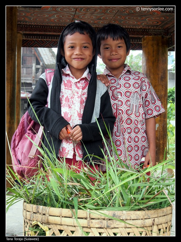 school kids at Tana Toraja (1)